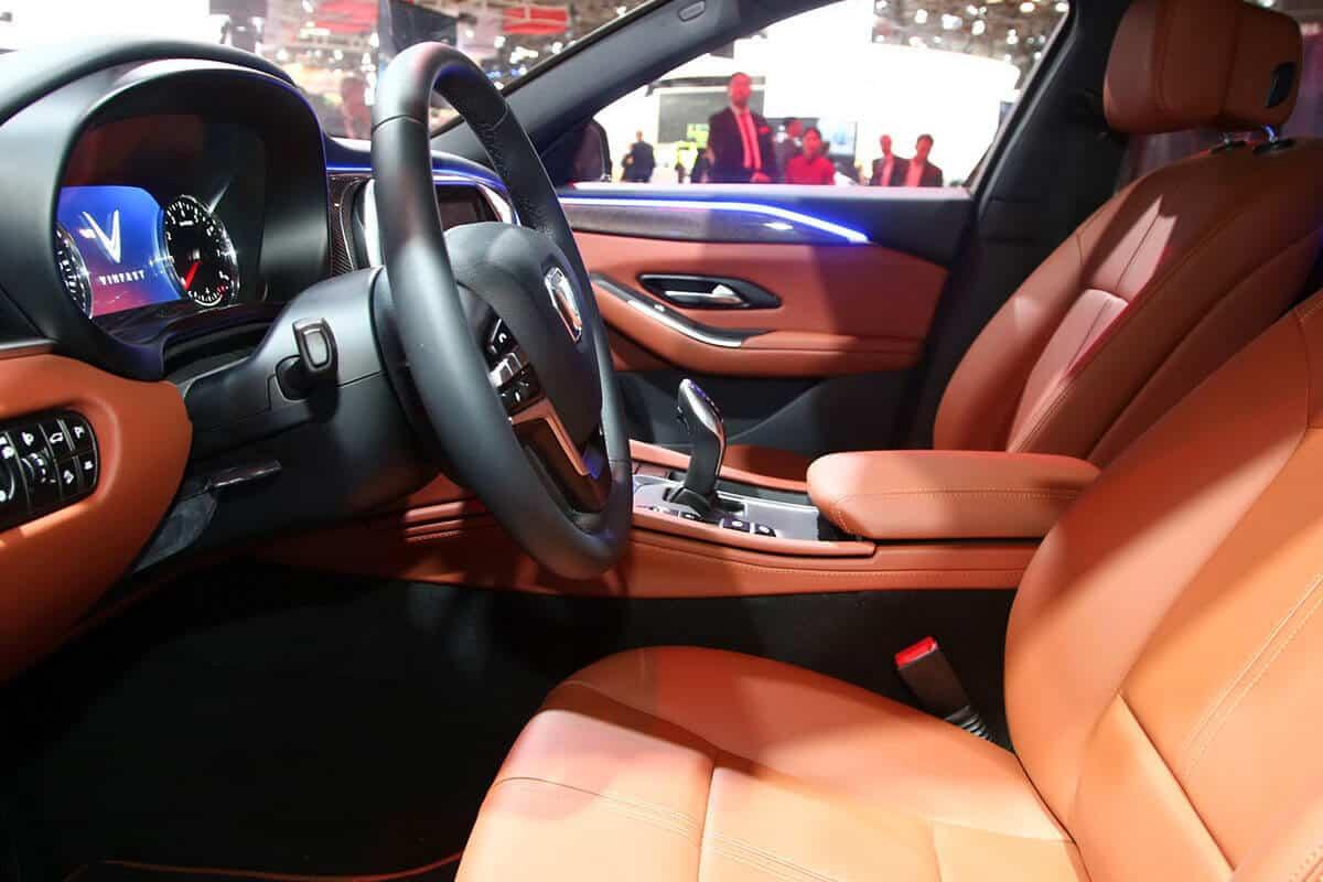 hàng ghế trước của xe vinfast lux a2.0 bản cao cấp được bọc da nappa cao cấp màu nâu đỏ