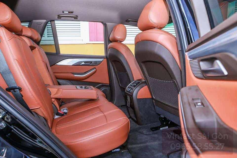 Khoang nội thất hàng ghế thứ 2 trên xe VinFast Lux SA2.0 với ghế da nappa màu nâu