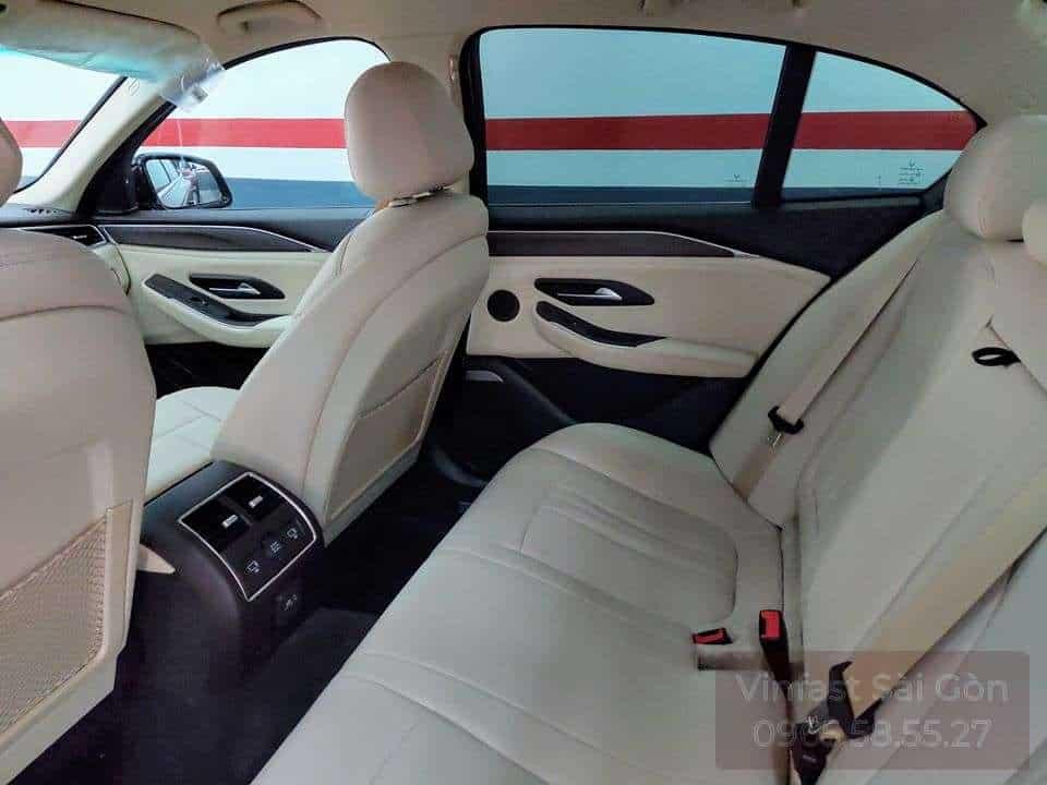 Khoang nội thất hàng ghế thứ 2 trên xe VinFast Lux SA2.0 với ghế da nappa màu be trắng