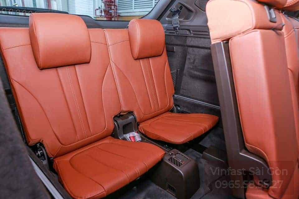 Hàng ghế thứ 3 trên xe VinFast Lux SA2.0 với ghế da nappa màu nâu