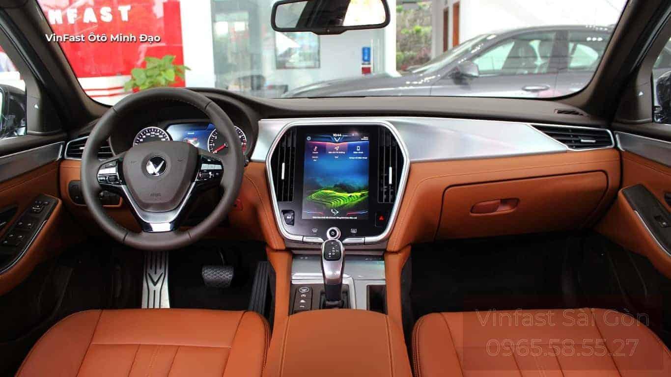 Nội thất xe VinFast Lux A2.0 2021 ở khoang lái với nội thất được bọc da nappa cao cấp màu nâu đỏ