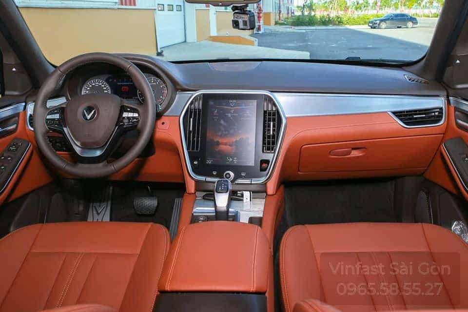 Khoang nội thất hàng ghế trước Xe VinFast Lux SA2.0 bản cao cấp trang bị ghế da nappa nâu đỏ