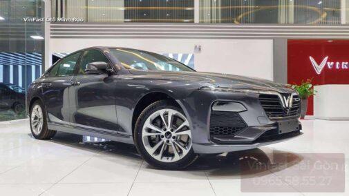 Xe VinFast Lux A2.0 màu xám bản tiêu chuẩn trưng bày ở showroom VinFast