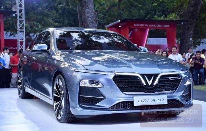 Xe VinFast Lux A2.0 màu bạc bản cao cấp đang được trưng bày