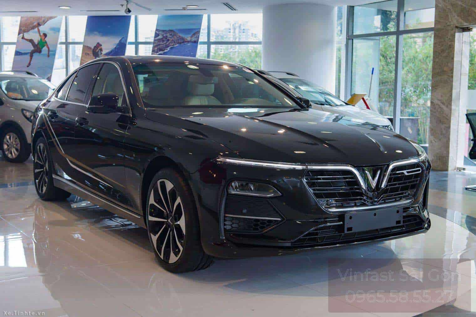 xe VinFast Lux A2.0 màu đen bản cao cấp đang được trưng bày trong showroom vinfast