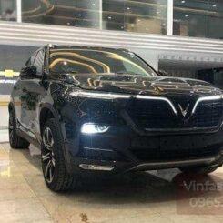 Phần đầu xe VinFast Lux SA2.0 bản cao cấp màu đen đang được trưng bày trong showroom