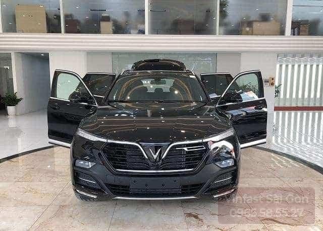 Phần đầu xe VinFast Lux Sa2.0 màu đen khi mở hết các cửa xe