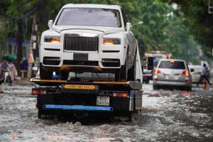 xe rolls royce bị ngập nước đang được xe cứu hộ chở về