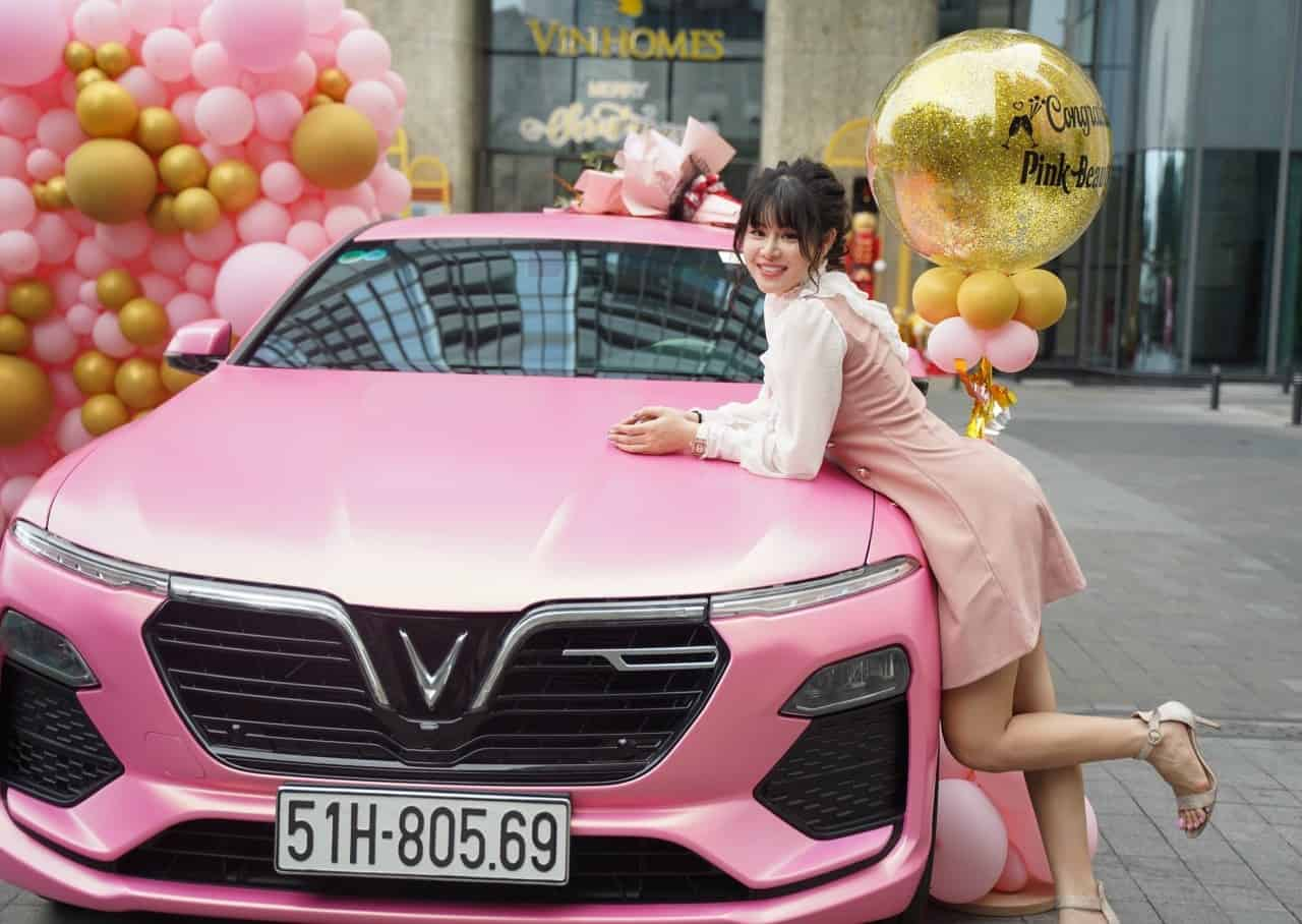 Lễ bàn giao xe VinFast Lux A2.0 màu hồng cho Ms.Phấn tại Vinhomes khu Lanmark 81