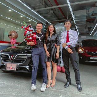 lễ bàn giao xe VinFast Lux A2.0 màu đen cho anh Hà và chị Nghi tại VinFast Thảo Điền bởi tư vấn bán hàng Trần Thịnh Hưng