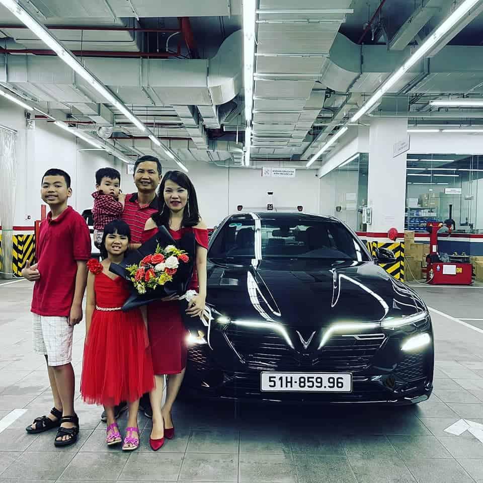 Lễ bàn giao xe VinFast Lux A2.0 màu đen cho gia đình khách hàng