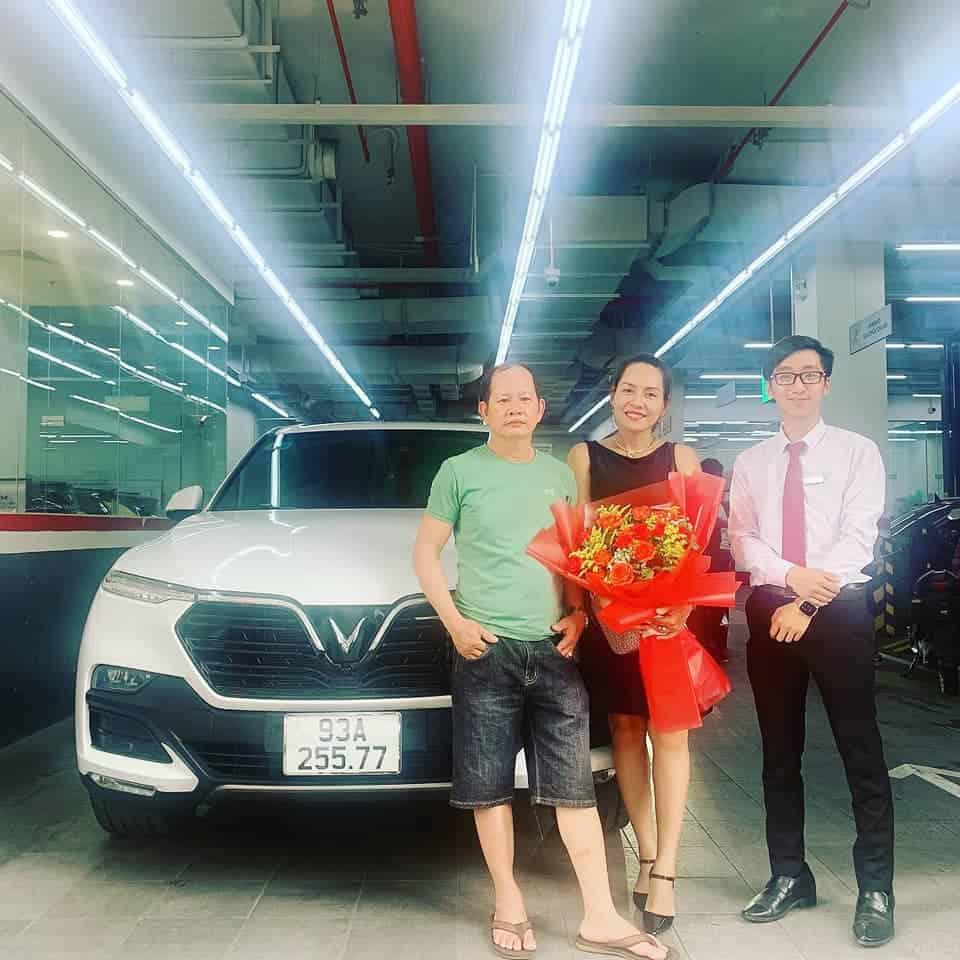 Lễ bàn giao xe VinFast Lux SA2.0 màu trắng cho khách hàng tại xưởng dịch vụ VinFast Thảo Điền