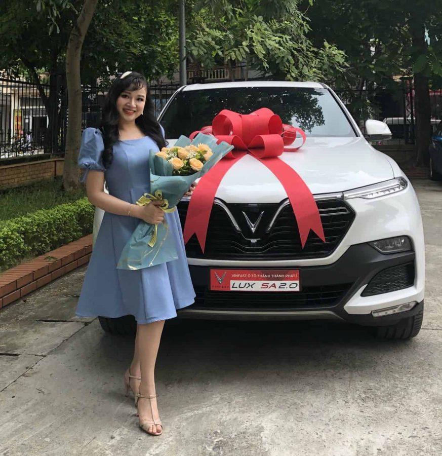 Lễ bàn giao xe VinFast Lux SA2.0 màu trắng cho khách hàng nữ