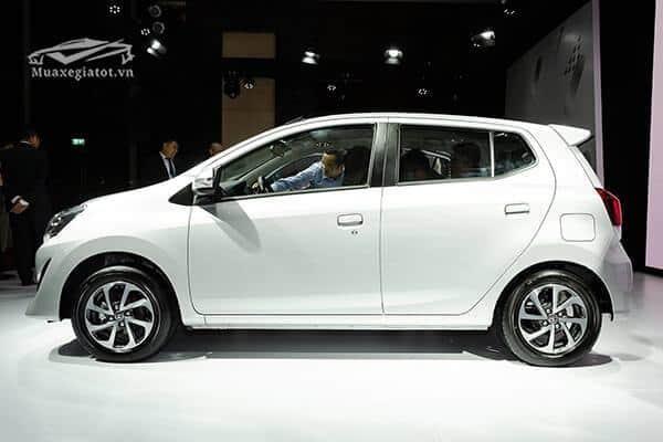 Toyota Wigo lại có chiều dài cơ sở hơn đối thủ, điều này giúp xe có không gian nội thất rộng rãi hơn