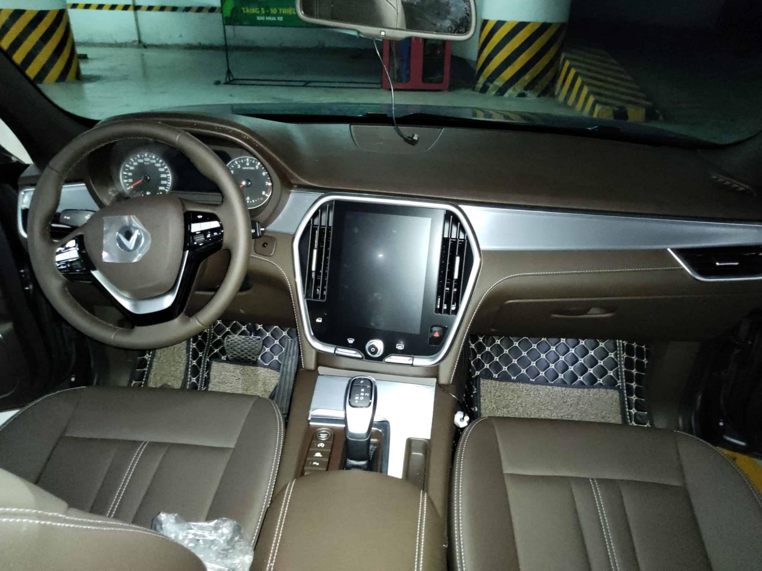 hàng ghế trước nội thất da nappa đen, táp lô ốp nhôm của VinFast Lux A2.0 bản cao cấp (premium)