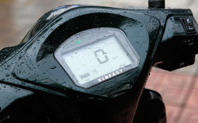 Đồng hồ hiển thị HMI trên xe VinFast Feliz có khả năng chịu nước tốt