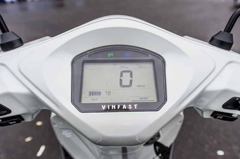 Đèn chỉ thị chế độ khóa động cơ Parking sáng trên đồng hồ HMI của Feliz