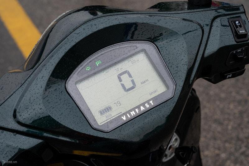Màn hình cho biết xe ở chế độ Parking và ắc quy còn 79%