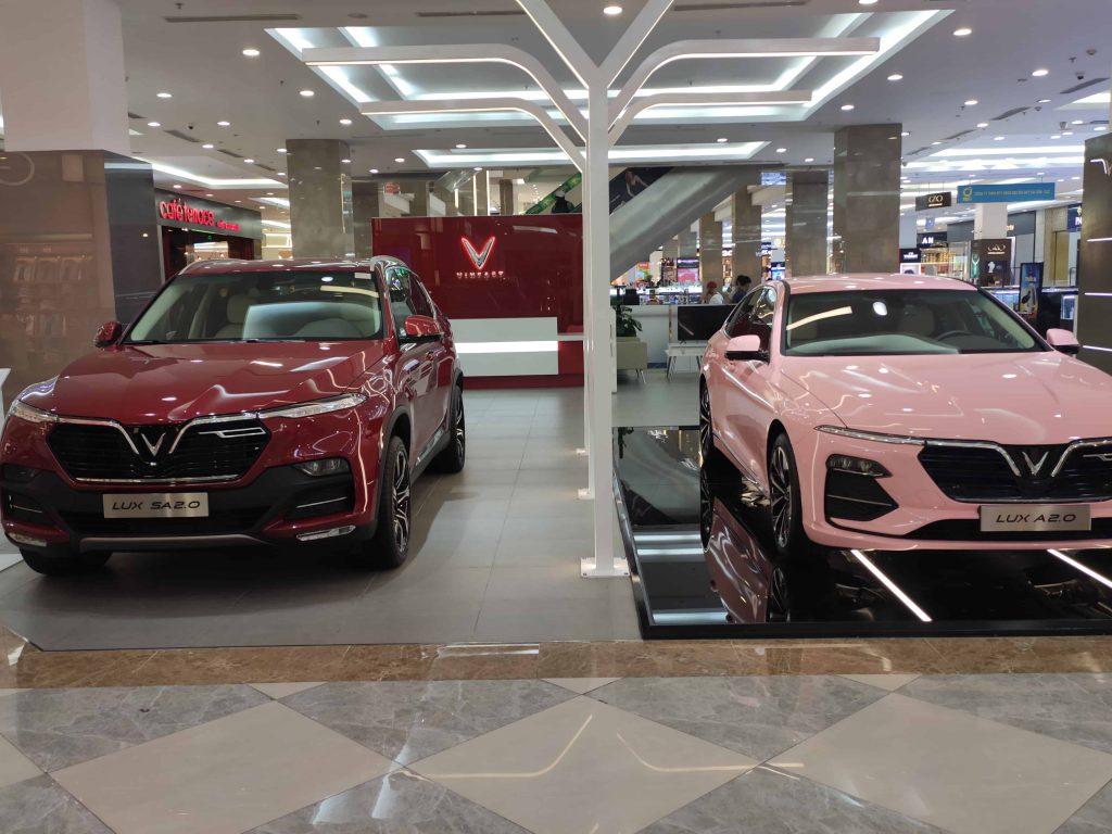 Showroom VinFast Bến Tre đang trưng bày hai dòng xe VinFast Lux A2.0 màu hồng và VinFast Lux SA2.0 màu đỏ