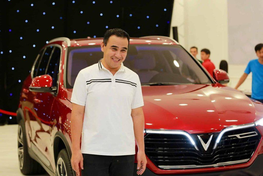 Nghệ sĩ Quyền Linh nhận xe VinFast Lux SA2.0 màu đỏ