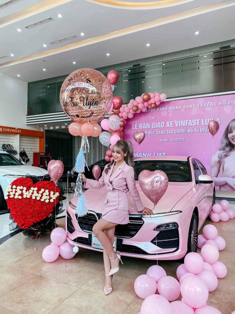 Lễ bàn giao xe VinFast Lux A2.0 màu hồng cho khách hàng đến nhận xe tại showroom