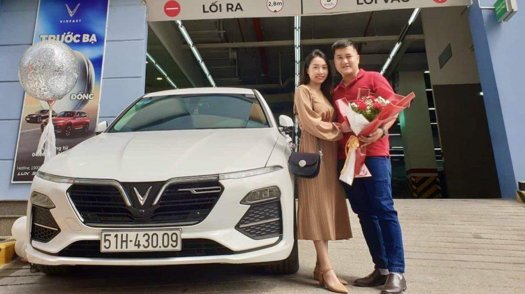 cặp vợ chồng xinh đẹp nhận xe vinfast lux a2.0