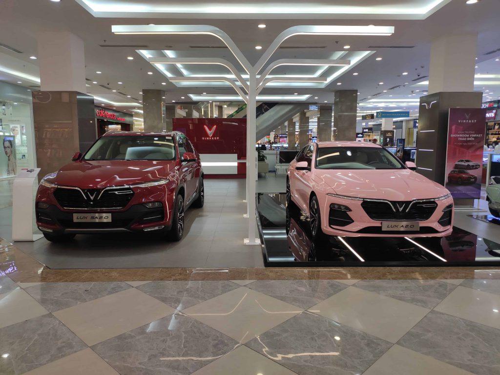Showroom VinFast Củ Chi Trưng bày 2 xe VinFast Lux Sa2.0 màu đỏ và VinFast Lux A2.0 màu hồng