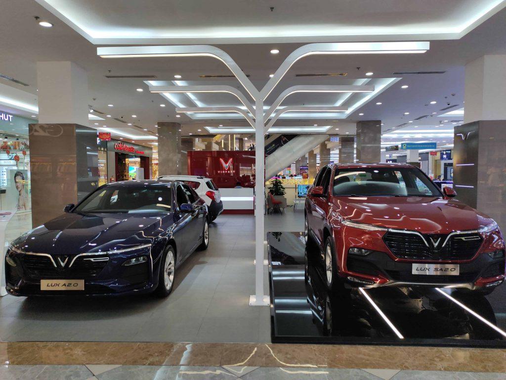 Showroom VinFast Thủ Đức trưng bày hai xe VInFast Lux SA2.9 màu đỏ và VinFast Lux A2.0 màu xanh