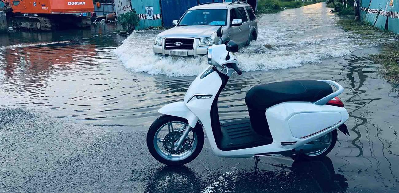 Xe máy điện đi đường ngập nước được không? Ngập bao nhiêu là an toàn?