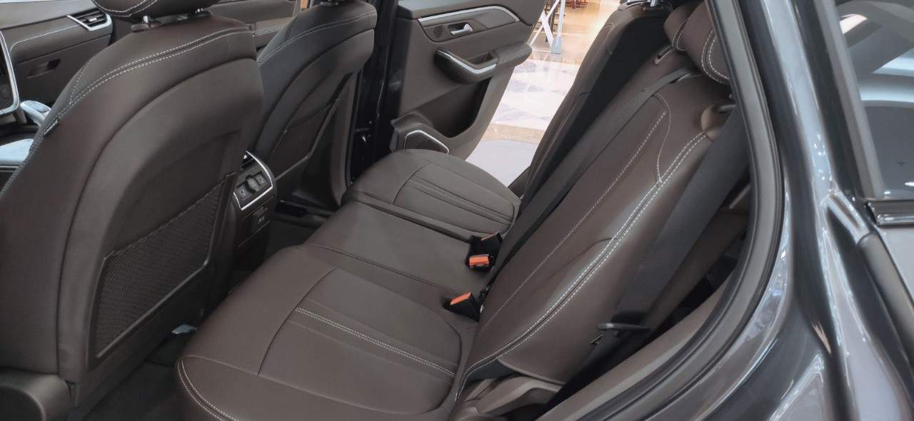 Nội thất xe hàng ghế thứ hai VinFast Lux SA2.0 bản tiêu chuẩn và VinFast Lux SA2.0 bản nâng cao