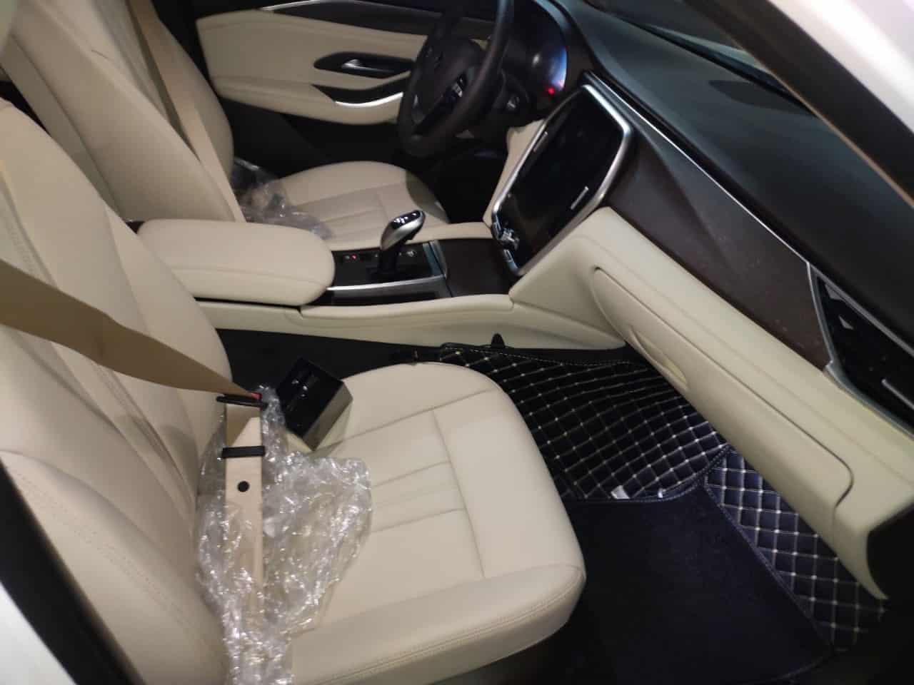 hàng ghế trước nội thất da nappa be của VinFast Lux A2.0 bản cao cấp (premium)