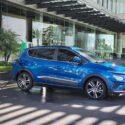 xe điện vinfast vf e34 màu xanh đang sạc điện