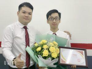 Trao bằng khen thành tích xuất sắc cho Trần Thịnh Hưng