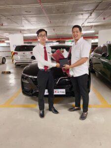 Bàn giao xe VinFast Lux A2.0 cho vợ chồng chị Trang và anh Dũng bởi chuyên viên Trần Thịnh Hưng