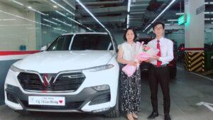 lễ bàn giao xe vinfast lux sa2.0 màu trắng cho khách hàng vũ lan hương bởi chuyên viên Trần Thịnh Hưng