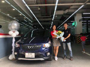 Lễ bàn giao xe VinFast Fadil màu xanh cho khách hàng chị Vân Anh bởi chuyên viên Trần Thịnh Hưng