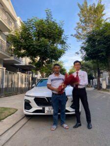 Bàn giao xe VinFast Lux A2.0 màu trắng tại nhà khách hàng bởi chuyên viên Trần Thịnh Hưng