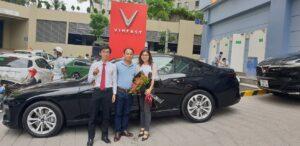 Bàn giao xe VinFast Lux A2.0 màu đen bản tiêu chuẩn cho khách hàng bởi chuyên viên Trần Thịnh Hưng