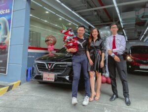 Bàn giao xe VInFast Lux A2.0 màu đen cho anh Hà và chị Nghi bởi chuyên viên Trần Thịnh Hưng