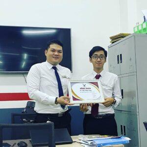 Trao bằng khen thành tích xuất sắc nhất cho chuyên viên Trần Thịnh Hưng