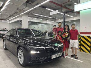 Lễ bàn giao xe VinFast Lux A2.0 màu đen bản tiêu chuẩn cho gia đình khách hàng