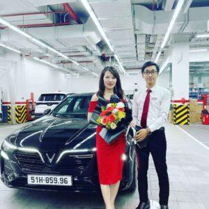 Bàn giao xe VinFast Lux A2.0 màu đen cho chị Dung bởi chuyên viên Trần Thịnh Hưng