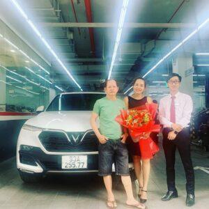 lễ bàn giao xe vinfast lux sa2.0 màu trắng cho khách hàng bình phước bởi chuyên viên Trần Thịnh Hưng